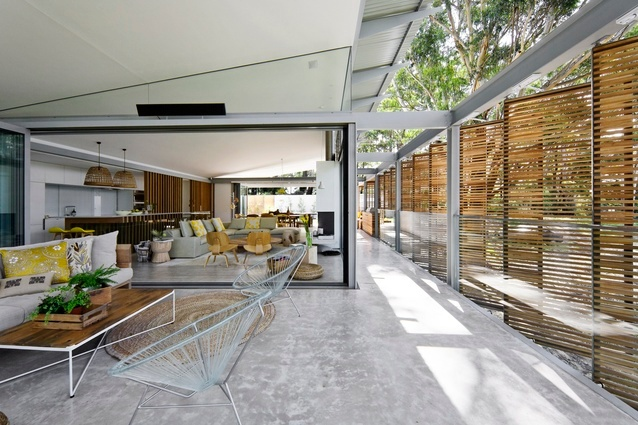 Connecting the indoors to the surrounding bushland with pivoting screens