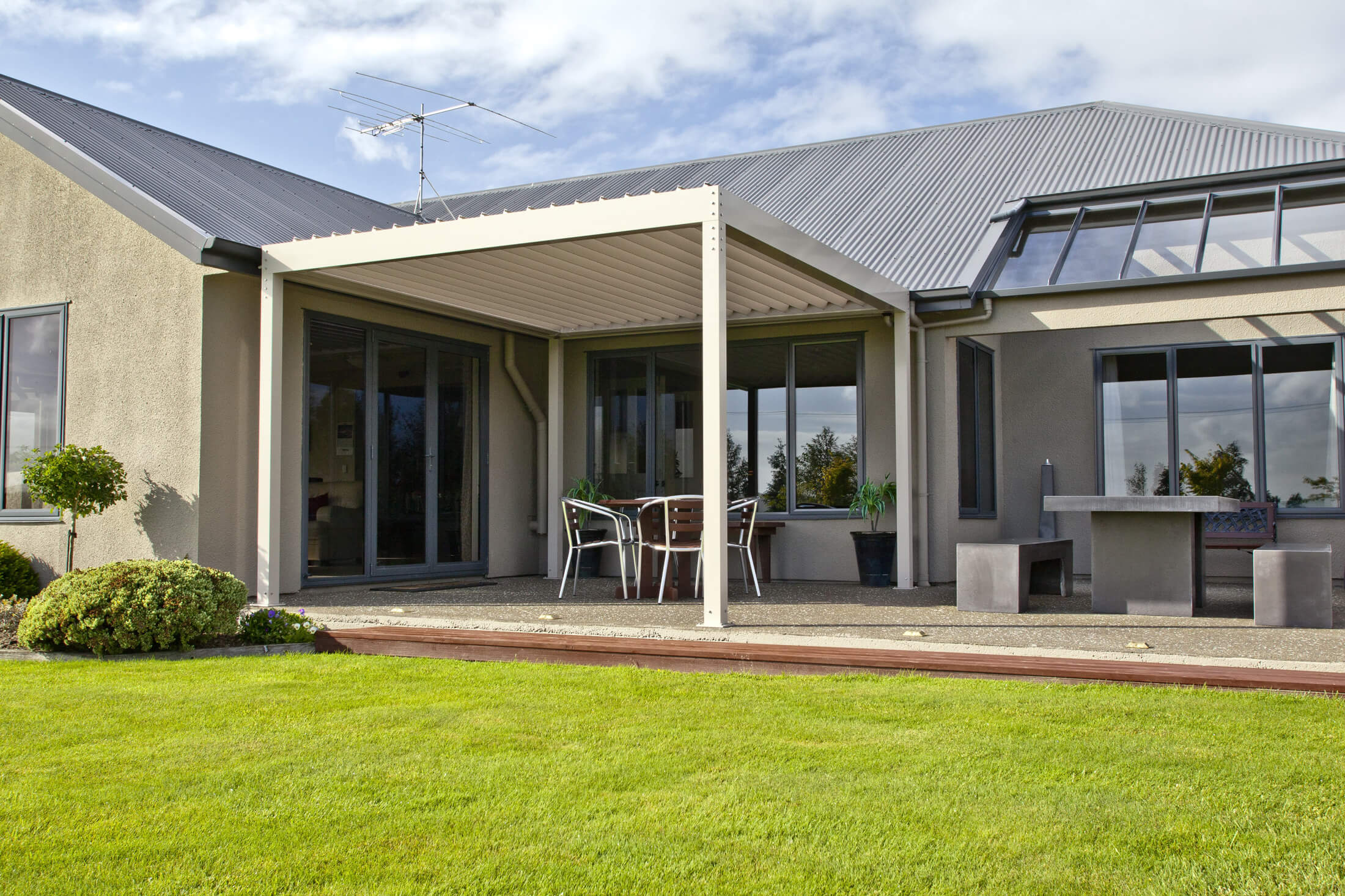 Free-standing aluminium frame with opening louvre roof